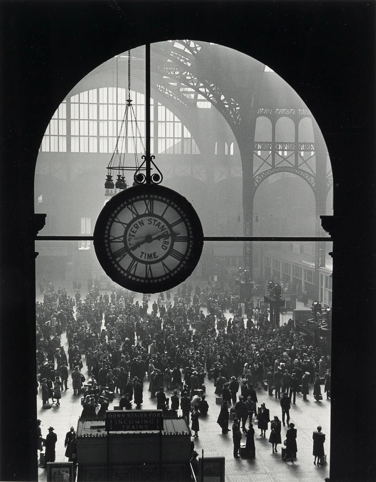 ALFRED-EISENSTAEDT-(1898-1995)-Farewell-of-Servicemen-Clock-