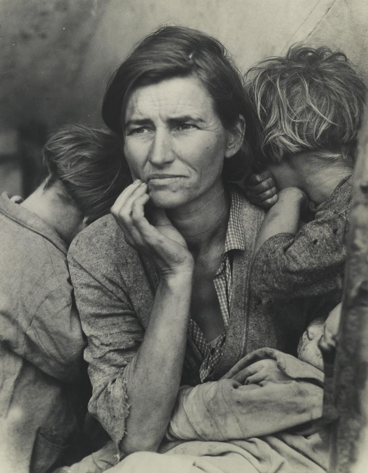 (DOROTHEA LANGE) (1895-1965) Migrant Mother.