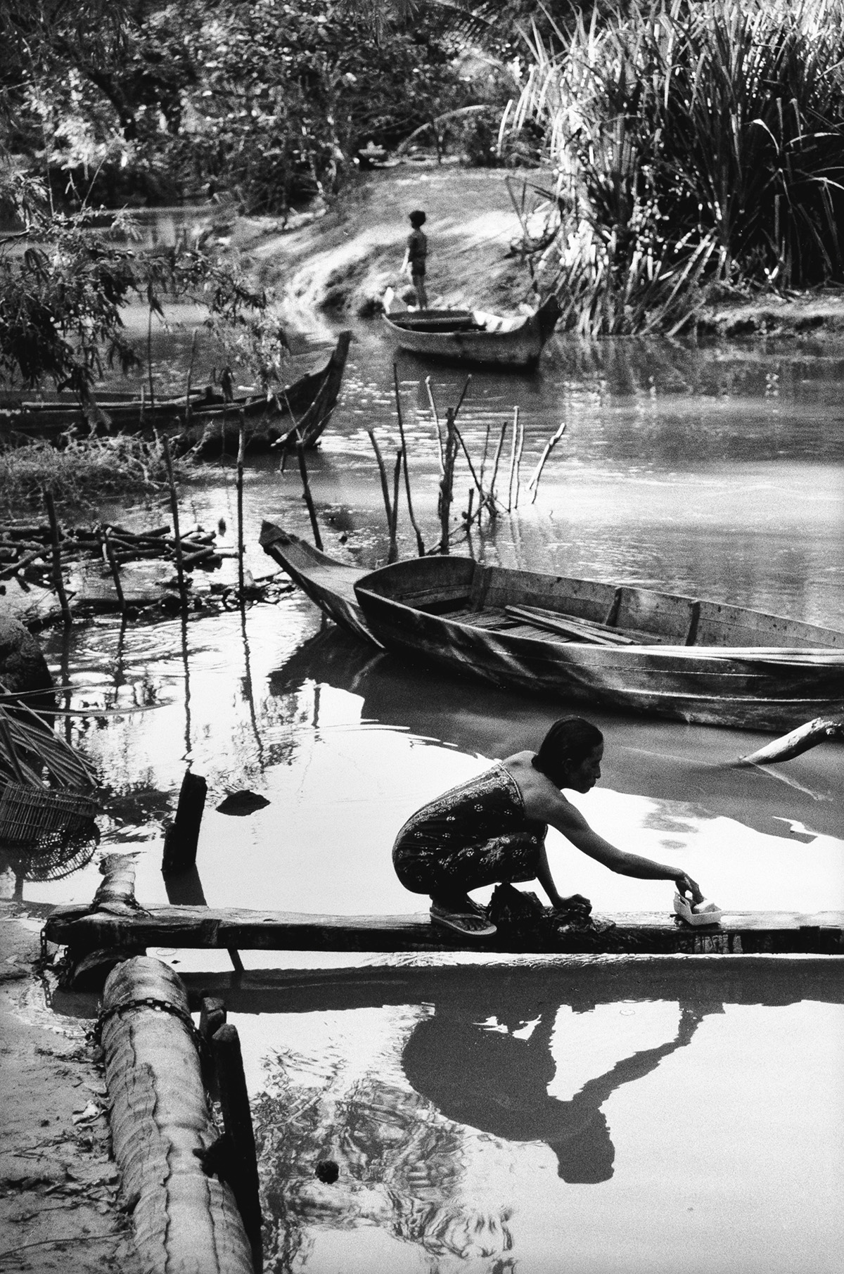 MARC-RIBOUD-(1923-2016)-On-the-bank-of-Siem-Reap-River-Cambo