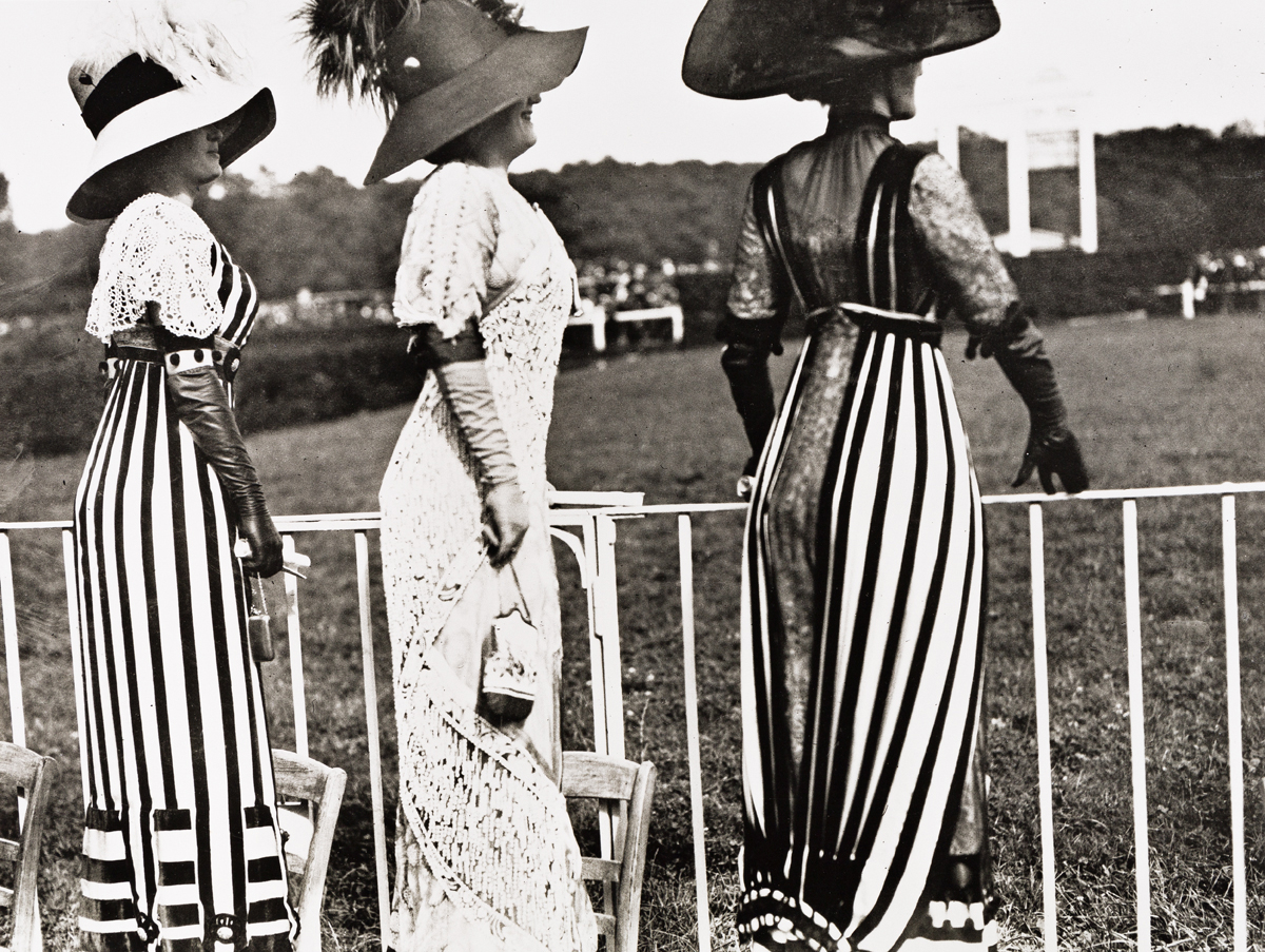 JACQUES-HENRI-LARTIGUE-(1894-1986)-Carriage-Day-at-the-Races