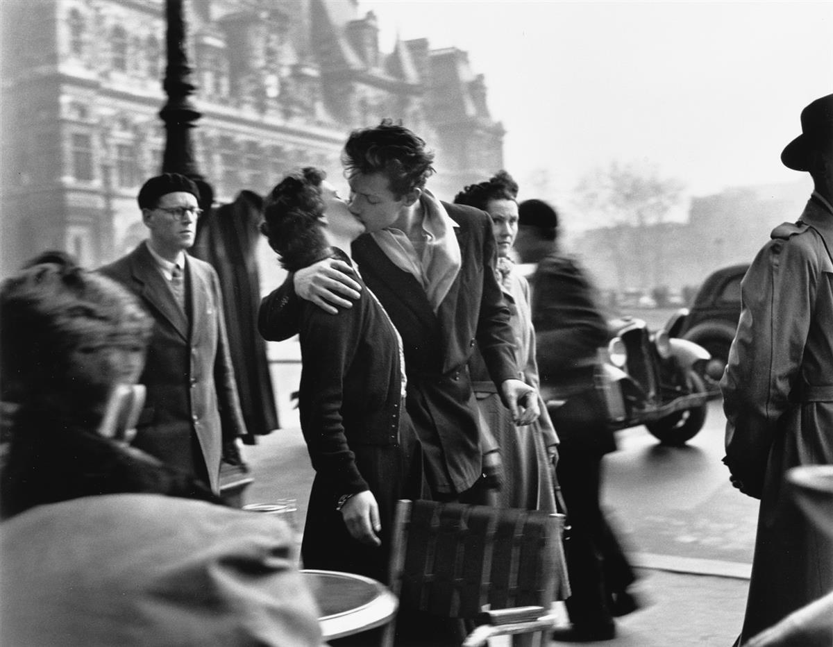 ROBERT DOISNEAU (1912-1994) Le Baiser de lHotel de Ville, Paris.