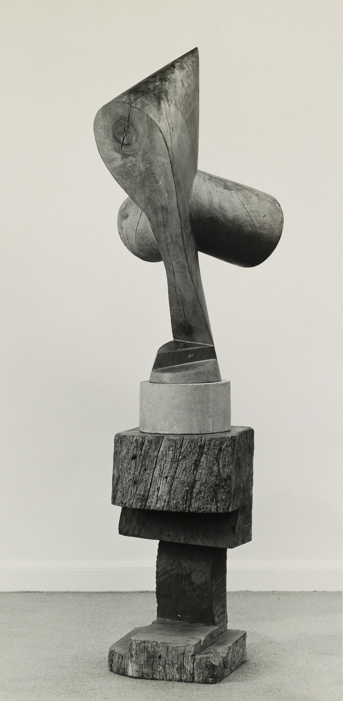 (CONSTANTIN-BRÂNCUSI)-A-photograph-featuring-the-early-sculp