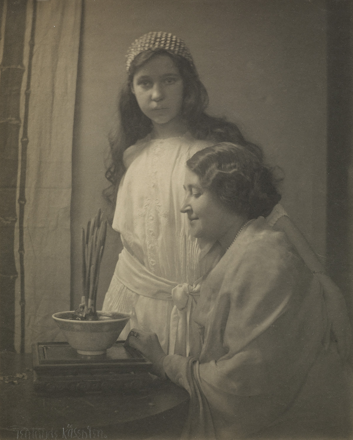GERTRUDE-KÄSEBIER-(1852-1934)-Mother-and-daughter-with-potte