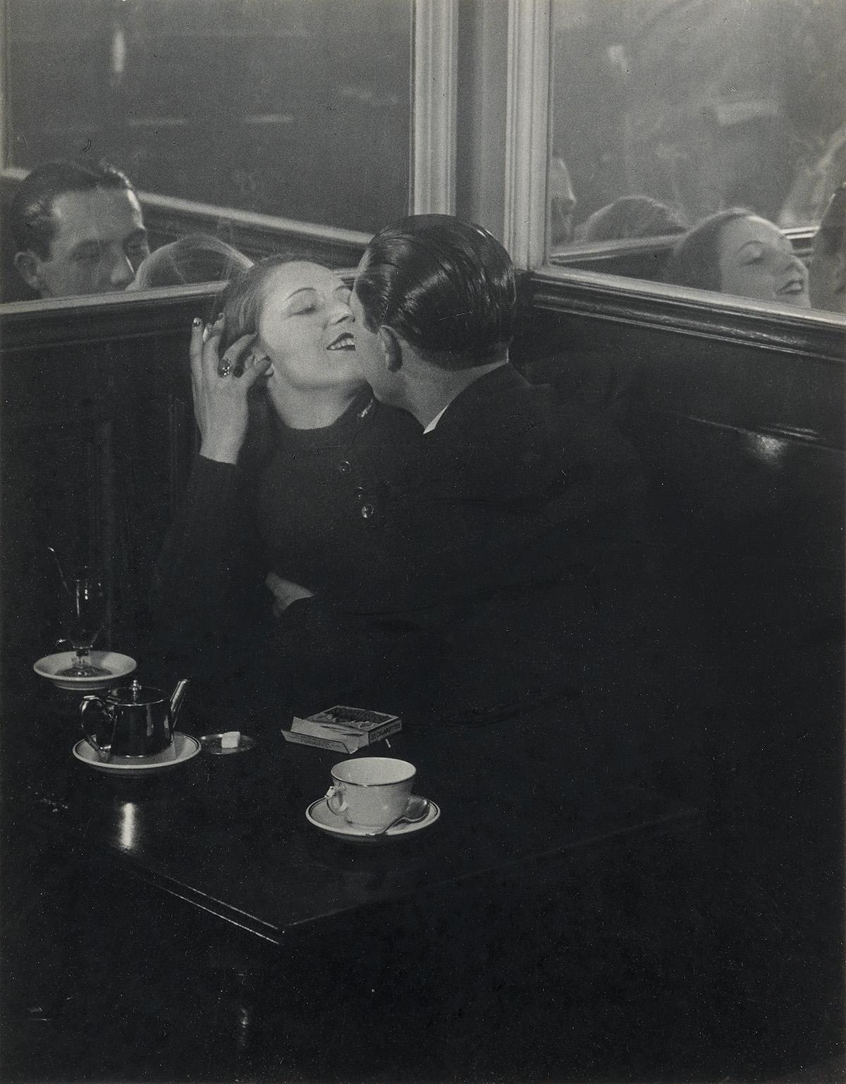 BRASSAÏ-[GYULA-HALÁSZ]-(1899-1984)-Couple-damoureux-quartier