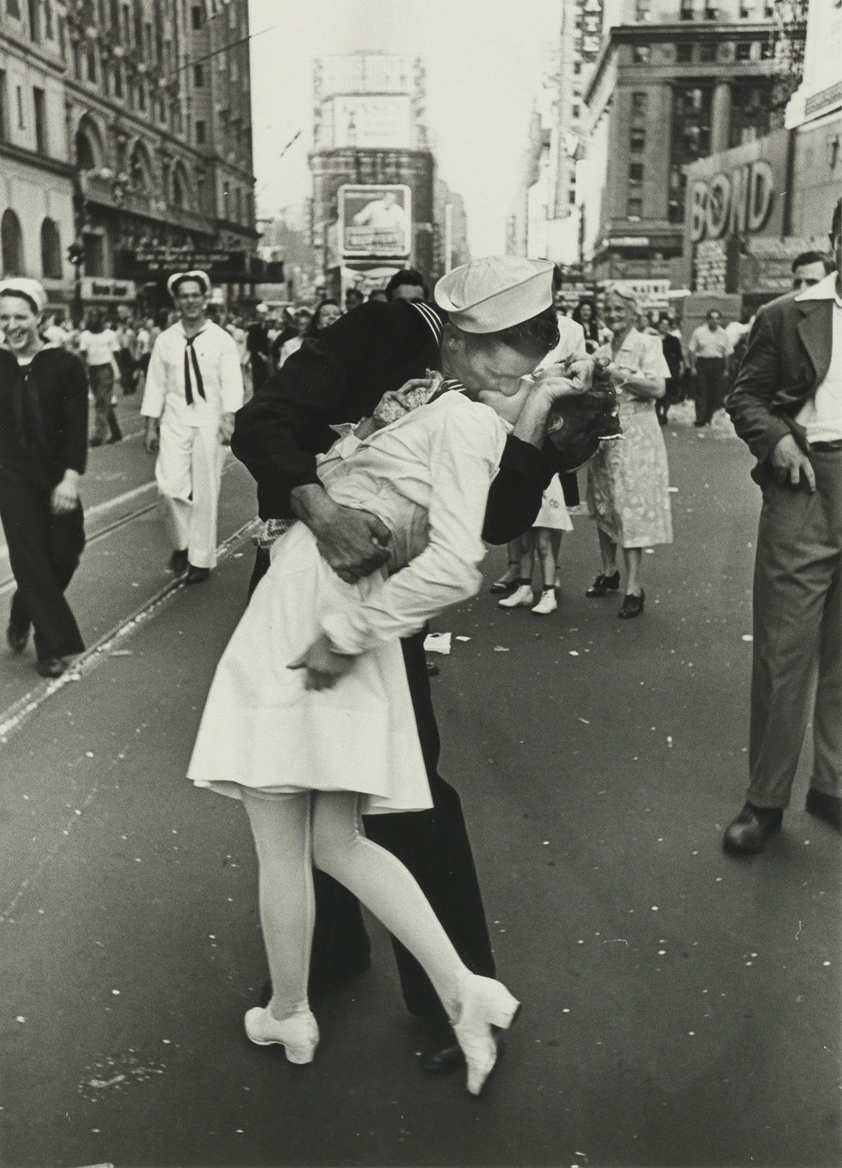 ALFRED-EISENSTAEDT-(1898-1995)-V-J-Day-Kiss-Times-Square-New