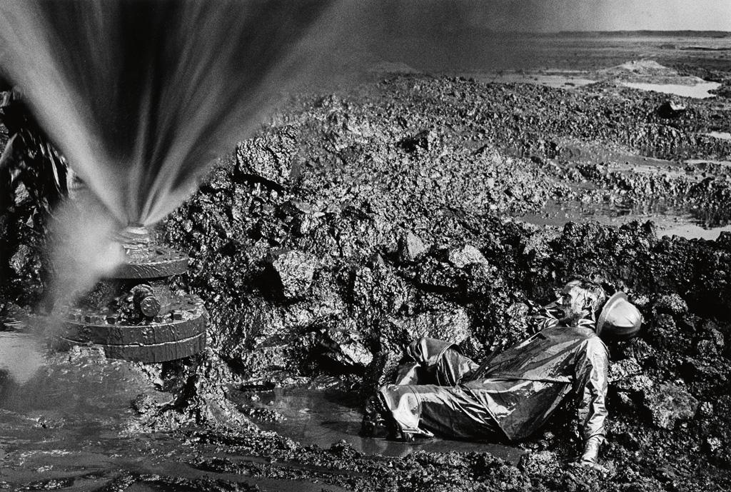 SEBASTIÃO SALGADO (1944- ) Kuwait Series, Greater Burhan Oil Field (fallen worker).