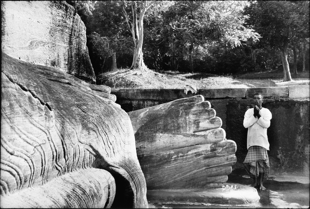 HENRI-CARTIER-BRESSON-(1908-2004)-Praying-at-the-foot-of-Bud
