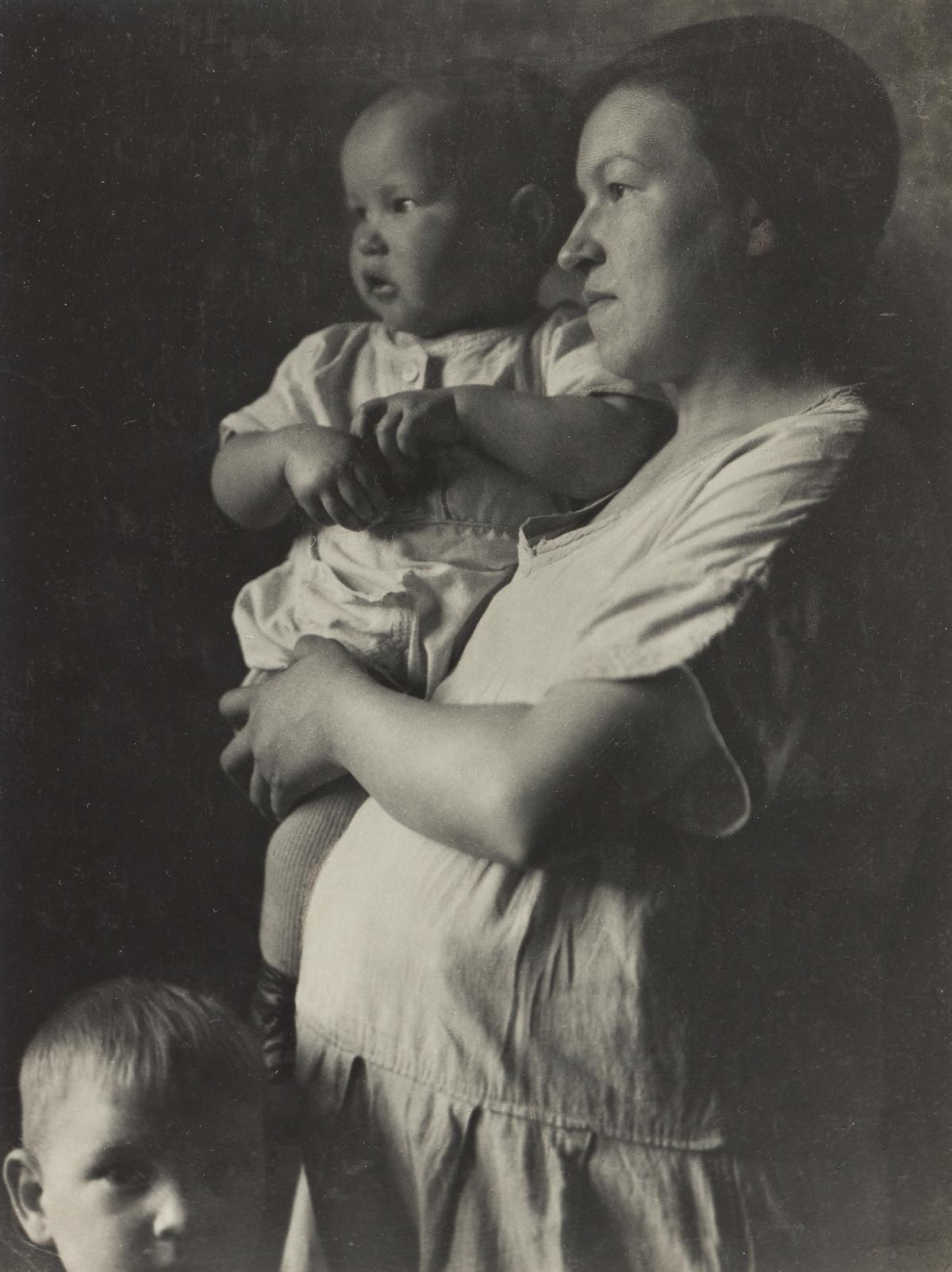 TINA MODOTTI (1896-1942) Mother and children.
