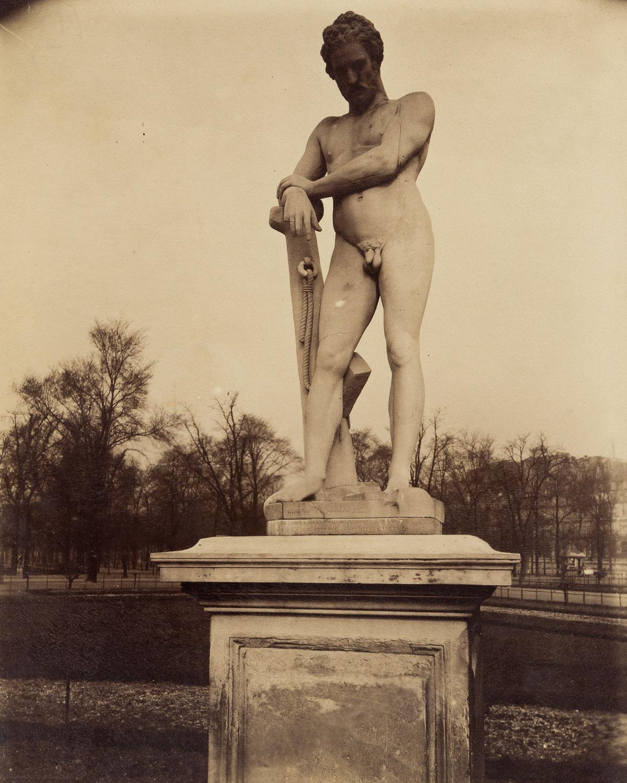 EUGÈNE ATGET (1857-1927) Le Soldat Laboureur par Lemaire (Tuileries, Paris).