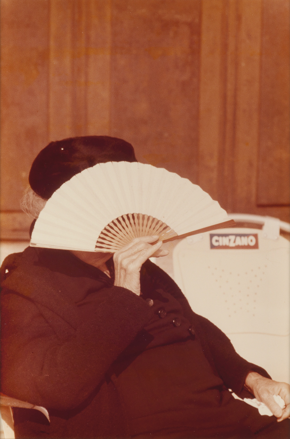 SAUL LEITER (1923-2013) Woman with fan, Italy.