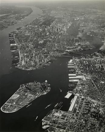 (NEW YORK--AERIAL VIEWS) A selection of 40 spectacular photographs depicting the metropolis of Manhattan and its surrounding regions.