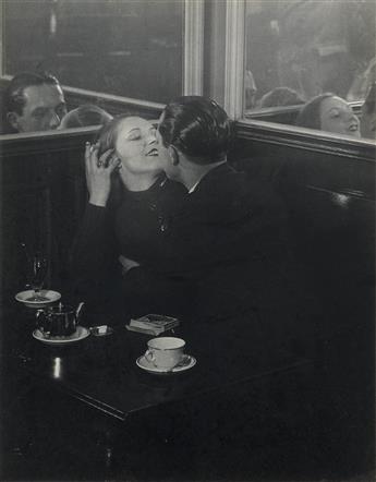 BRASSAÏ [GYULA HALÁSZ] (1899-1984) Couple damoureux, quartier place dItalie, Paris.